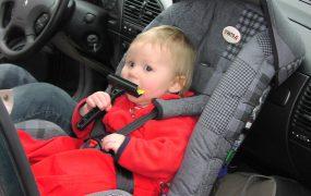 Ce spune legislația? Până la ce vârsta se trasportă copilul în scaun auto și în ce condiții poate sta pe scaunul din față?