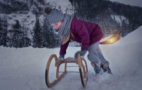 Beneficiile săniușului. De ce să ieșim iarna cu copiii afară.